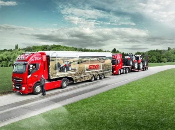 Ciężarówka przewozi ciągniki STEYR od Hiszpanii po kraje bałtyckie